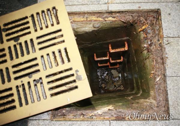 '위험천만한 우수관 맨홀' 부산에 집중호우가 내린 지난 23일 부산 해운대구 재송동에서 한 중학생이 우수관 맨홀에 빠졌다가 가까스로 탈출하는 사고가 발생했다. 횡단보도와 연결된 인도 위에 있는 이 맨홀은 당시 침수로 물에 잠겼다.