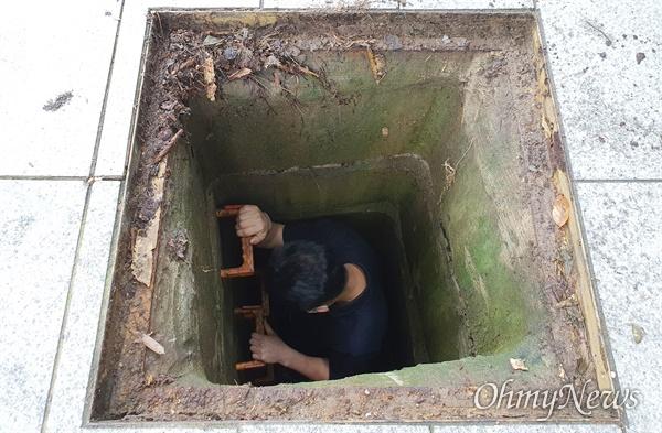 '위험천만한 우수관 맨홀' 부산에 집중호우가 내린 지난 23일 부산 해운대구 재송동에서 한 중학생이 우수관 맨홀에 빠졌다가 가까스로 탈출하는 사고가 발생했다. 횡단보도와 연결된 인도 위에 있는 이 맨홀은 당시 침수로 물에 잠겼다. 직접 내려가본 현장 모습. 성인 남성의 키를 훌쩍 넘기는 깊이다.