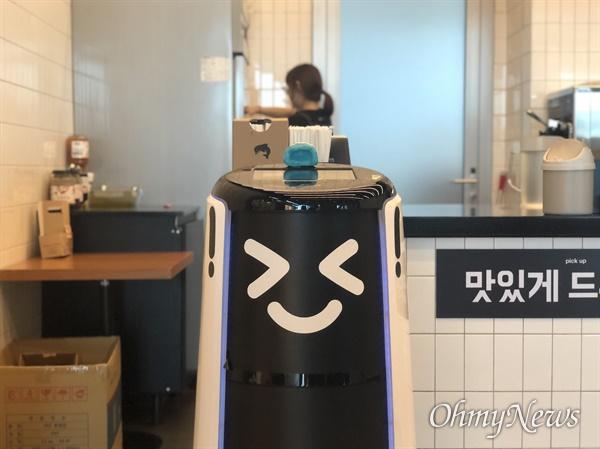 28일 배달 로봇 딜리타워가 서울 송파구에 위치한 우아한형제들 본사 18층 카페 앞에서 대기하고 있다.