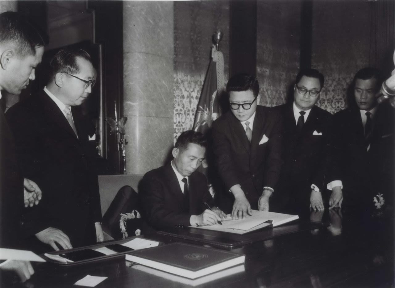 굴욕외교라는 거센 비판속에 1965년 박정희 대통령이 한일회담 비준서에 서명하고 있는 모습.