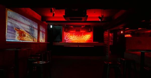 케이크샵(Cakeshop)은 수많은 유명 아티스트들이 데뷔하고 수많은 해외 아티스트들이 다녀간 이태원의 유명 클럽이다.