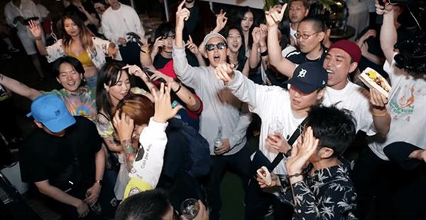 2019년 8월 뮤지션 기린과 박재범이 함께 발표한 '오늘밤엔'의 뮤직비디오에는 이태원에서 파티를 즐기는 아티스트들과 팬들의 즐거운 모습이 담겨있다.