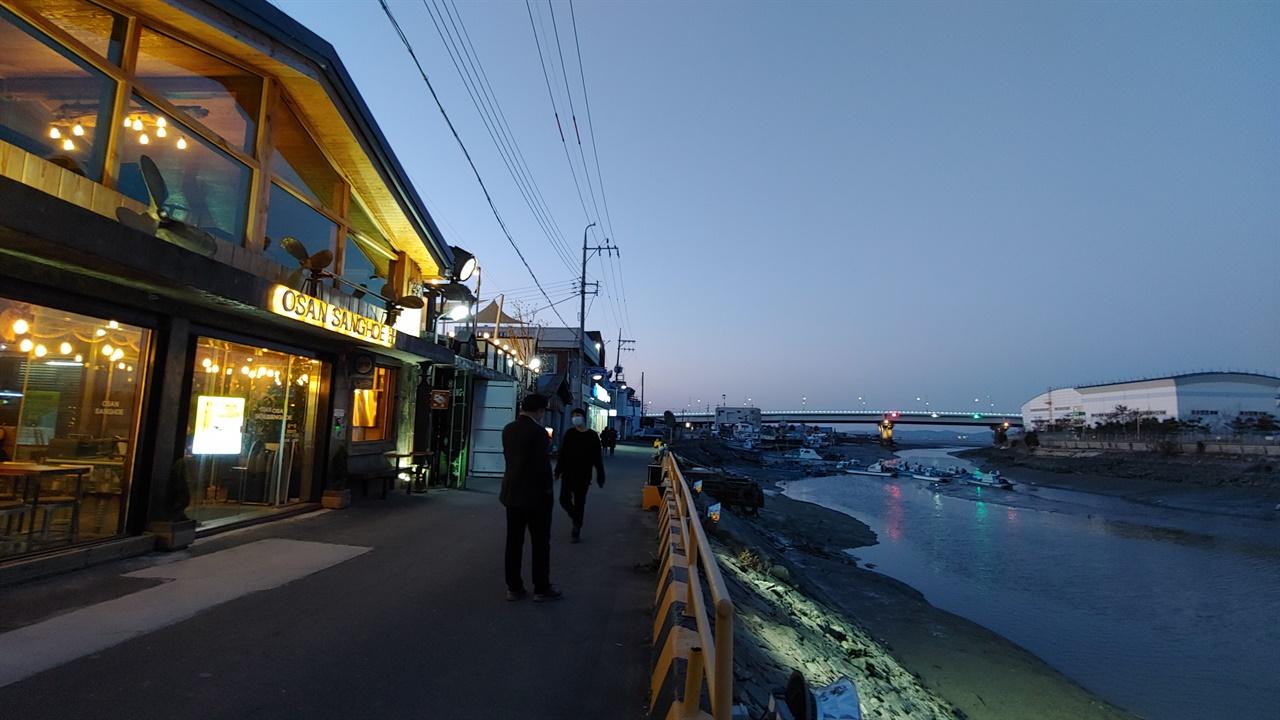 군산 서래포구 금강하구를 거쳐 서해로 흘러 서울까지 연결되는 물길, 서래포구. 번성했던 포구는 쇠락하고 오산상회라는 선구점은 폐업했다. 섬에서 온 소년은 긴 시간을 준비해서 선구점을 카페로 만들었다. 1968년 서래포구가  앞에 화력발전소가 생기면서 수온이 상승하고, 흔하던 뱅어는 사라졌다.