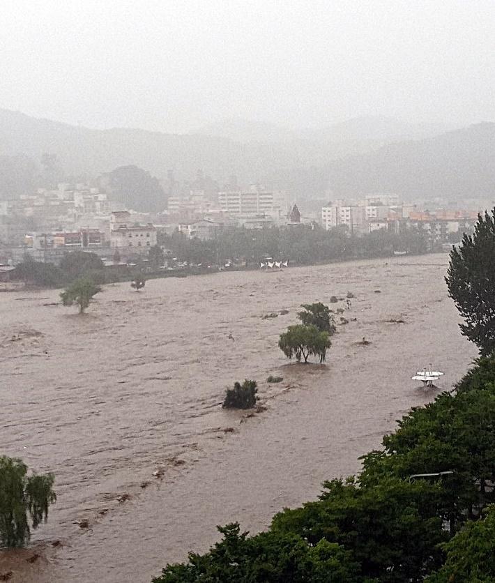 대전 유등천 물이 물어났다. 사진  윗쪽에 있는 안영교는 이 시간 현재 통제됐다.