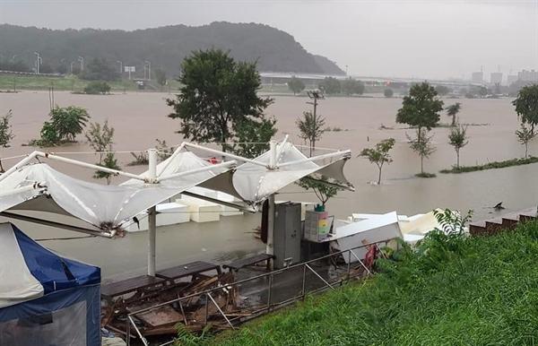 대전 유성구 갑천과 서구 유등천이 만나는 지점. 시설물이 불너난 빗물에 잠겨 있다.