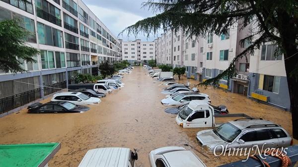 밤새 집중호우가 내린 대전 서구 정림동의 한 아파트 30일 오전 상황. 아파트 출입구까지 물이 차올라 출입이 불가능한 상태다.