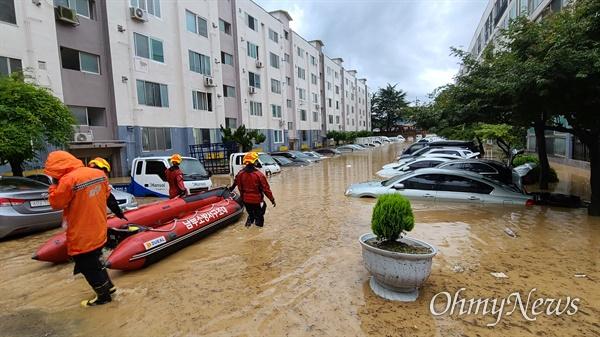 밤새 집중호우가 내린 대전 서구 정림동의 한 아파트 30일 오전 상황. 조난 당한 사람을 구조하기 위해 119 소방대 보트까지 동원됐다.