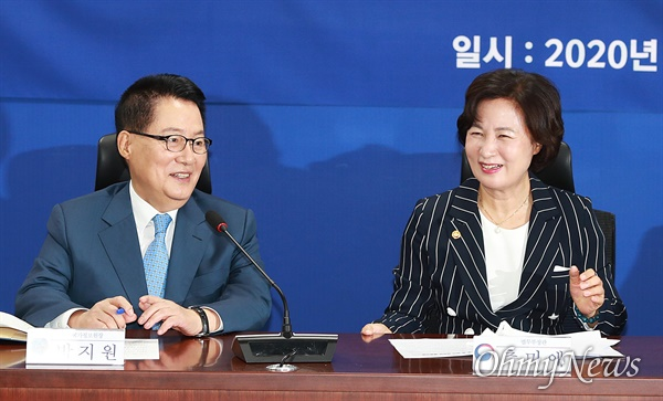 박지원 국정원장과 추미애 법무부장관이 30일 오전 국회의원회관 더불어민주당 정책위 회의실에서 열린 '권력기관 개혁' 당정청 협의에서 웃음짓고 있다.