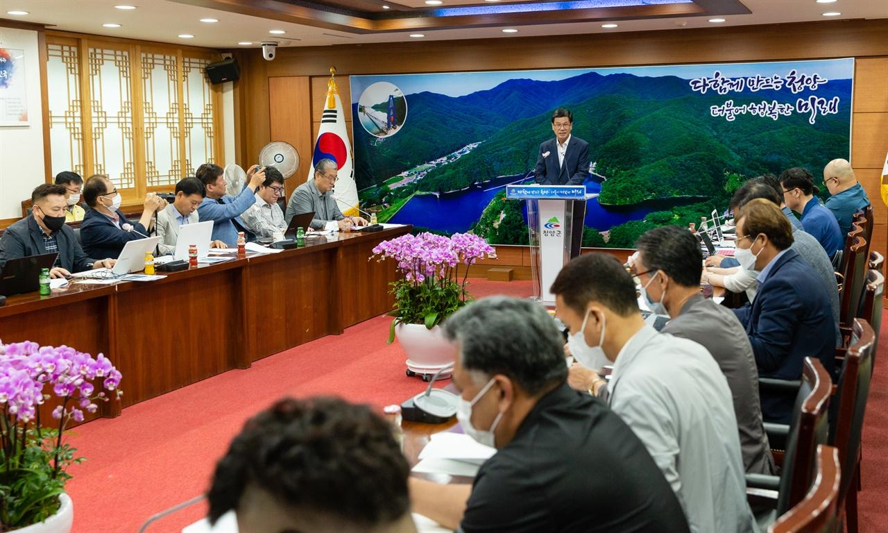 김돈곤 군수가 30일 열린 7월 정례 브리핑에서 관내 5개 폐교부지에 대한 활용방안을 발표하고 있다.