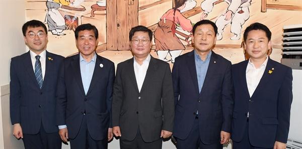 왼쪽부터 김영민 국회의원, 윤화섭 안산시장, 전해철 국회의원, 김철민 국회의원, 고영인 국회의원