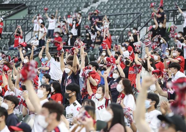 28일 부산 사직구장에서 열린 프로야구 NC 다이노스- 롯데 자이언츠 경기에서 관중들이 응원하고 있다.