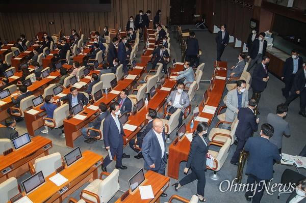 미래통합당 의원들이 30일 오후 서울 여의도 국회에서 열린 본회의에서 주택임대차보호법 및 상가건물임대차보호법 개정안 처리에 반대하며 퇴장하고 있다.