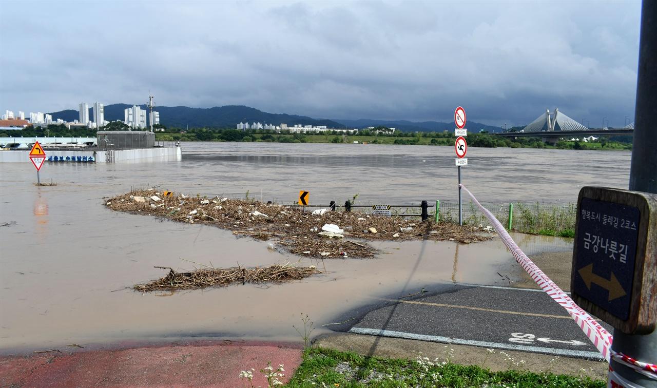 세종시 자전거도로 및 산책로도 불어난 강물에 출입을 차단하고 있다.
