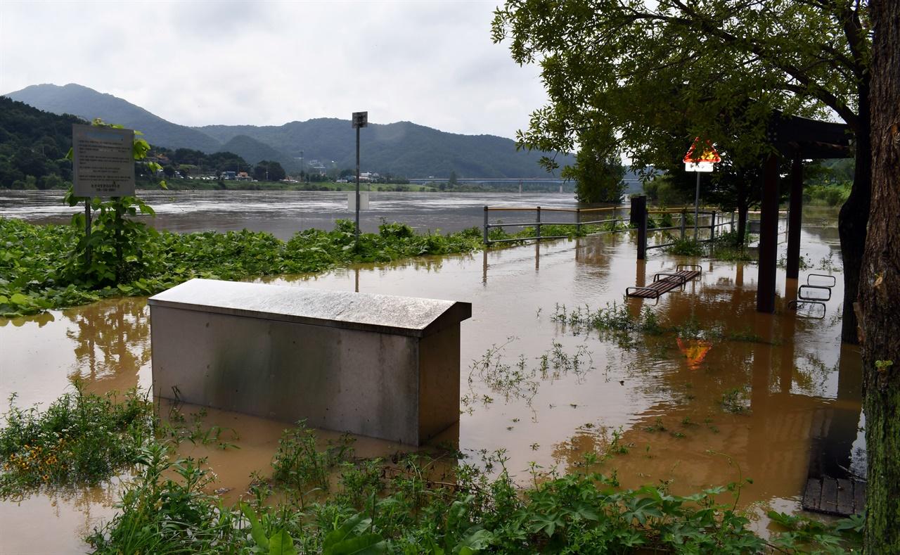 금강 전역의 자전거도로 및 산책로 수변공원 시설물이 모두 침수된 상태다.