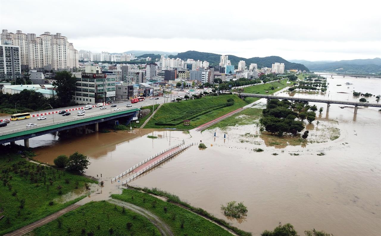금강 강물이 불어나면서 본류와 만나는 지천마다 강물이 역류하고 있는 상태다.