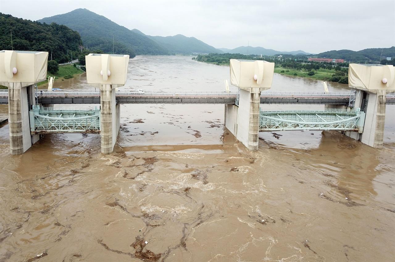 강물이 증가하자 수자원공사는 공주보 수문을 최대치로 올려놓은 상태다.