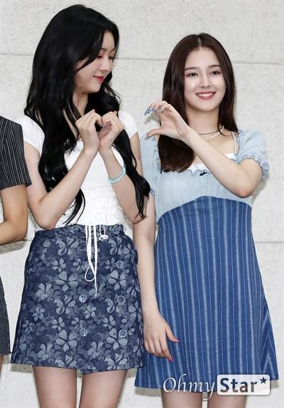 '모모랜드' 제인-낸시, 따뜻한 마음 모모랜드의 제인과 낸시가 30일 오후 서울 영등포구 굿네이버스회관에서 열린 <국내여아지원 캠페인 기부식>에서 생리대 1,500팩을 기부한 뒤 포토타임을 갖고 있다.