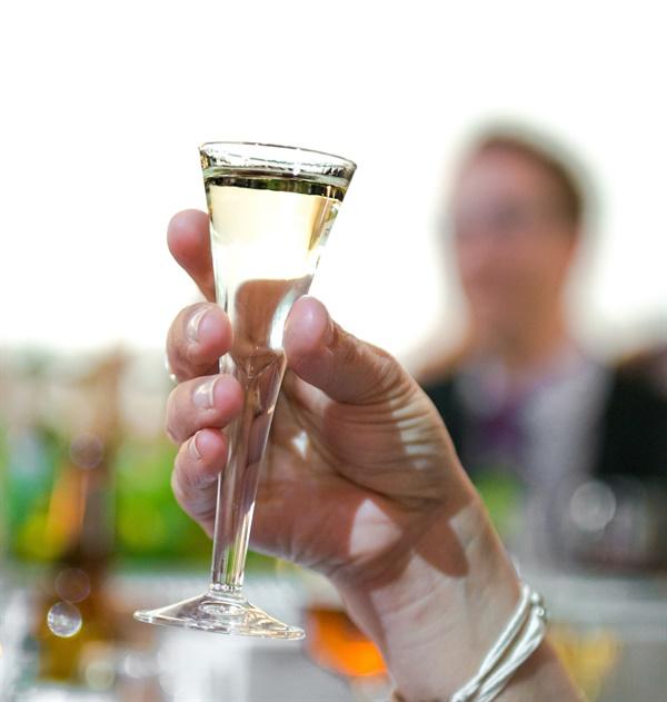 6월 하지 축제에서 절대 빠질 수 없는 스웨덴 전통주 슈납스snaps는 40도가 넘는 강한 술이다. (스웨덴어로 누베Nubbe라고도 한다)