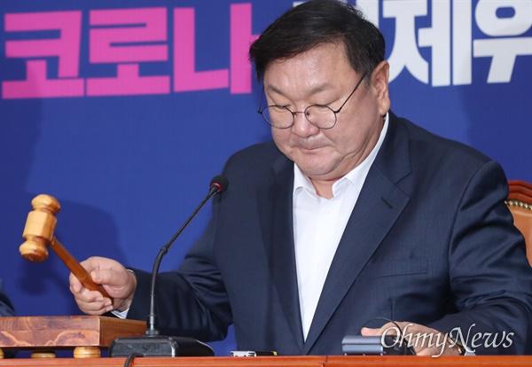의사봉 두드리는 김태년 김태년 더불어민주당 원내대표가 31일 오전 서울 여의도 국회에서 최고위원회의를 주재하고 있다.