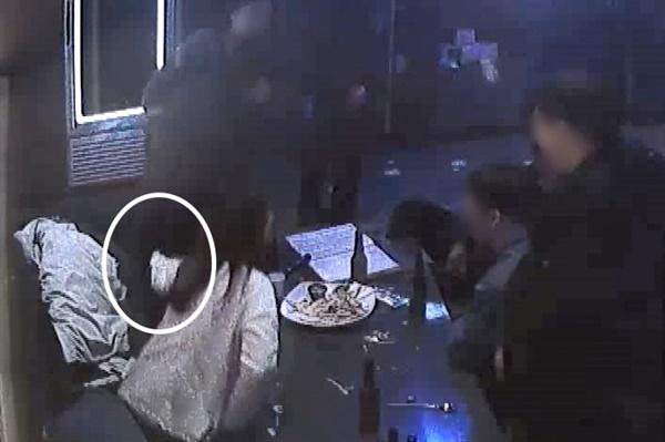 광주 북구의 한 노래방 CCTV에 담긴 2019년 12월 26일 전남대학교 산학협력단 송년회 모습. 오후 10시 43분 A과장이 C직원에 의해 자리에서 일어나며 B직원의 손을 잡아끌고 있다.