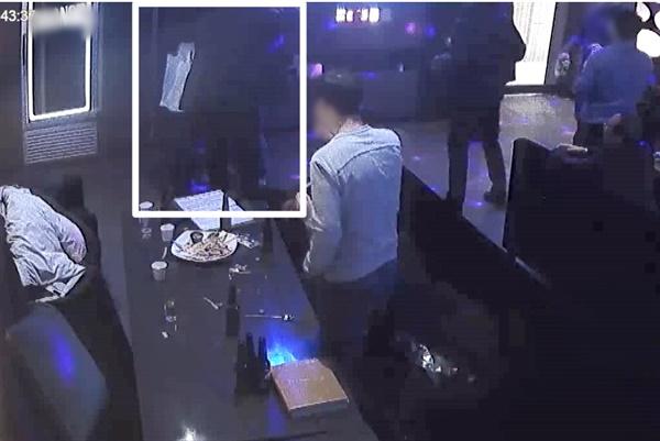 광주 북구의 한 노래방 CCTV에 담긴 2019년 12월 26일 전남대학교 산학협력단 송년회 모습. 오후 10시 43분 B직원의 손을 잡아끌어 앞으로 나온 A과장이 C직원이 말리자 B·C직원을 상대로 어깨동무를 하고 있다.