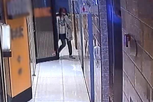 광주 북구의 한 노래방 CCTV에 담긴 2019년 12월 26일 전남대학교 산학협력단 송년회 모습. A과장이 B직원의 얼굴을 만진 직후인 오후 11시 10분 B직원이 노래방 복도로 나오며 눈물을 훔치고 있다.