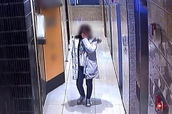 광주 북구의 한 노래방 CCTV에 담긴 2019년 12월 26일 전남대학교 산학협력단 송년회 모습. 오후 11시 10분 B직원이 노래방 복도에서 눈물을 훔치고 있다.