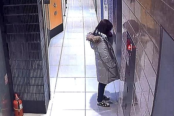 광주 북구의 한 노래방 CCTV에 담긴 2019년 12월 26일 전남대학교 산학협력단 송년회 모습. 오후 11시 10분 B직원이 노래방 복도 엘레베이터 앞에서 눈물을 흘리고 있다.