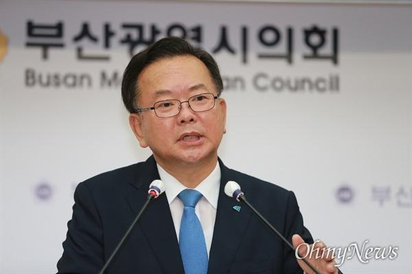 김부겸 더불어민주당 당대표 후보가 31일 부산시의회 브리핑룸을 찾아 기자들과 대화하고 있다.