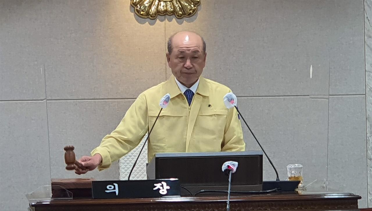 윤용관 의장이 제8차 본회의에서 표결한 안건을 통과시키고 있다.