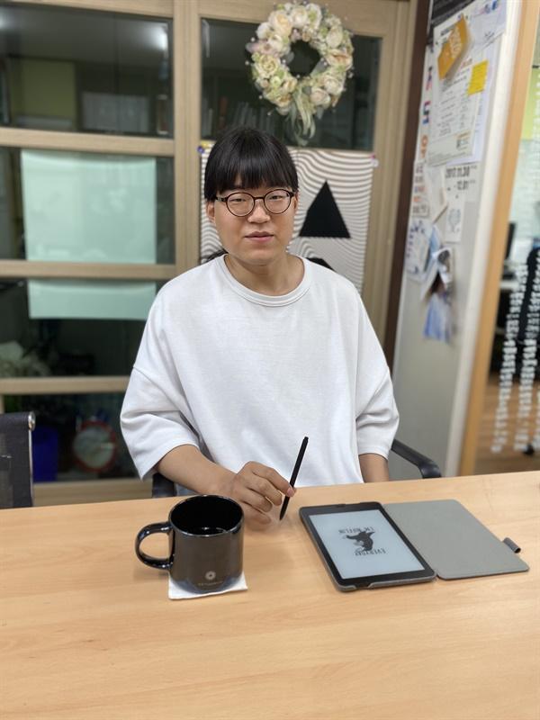나눔과나눔 사무실에서 인터뷰하고 있는 김민석