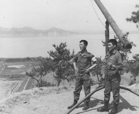 한강 하구 지역 당직 근무 때 문중사(오른쪽)와 함께 조명탄 발사대에서.