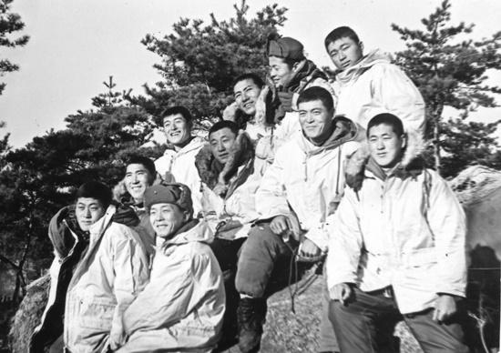 당시 소대원들과 함께(앞열 오른쪽 기자).