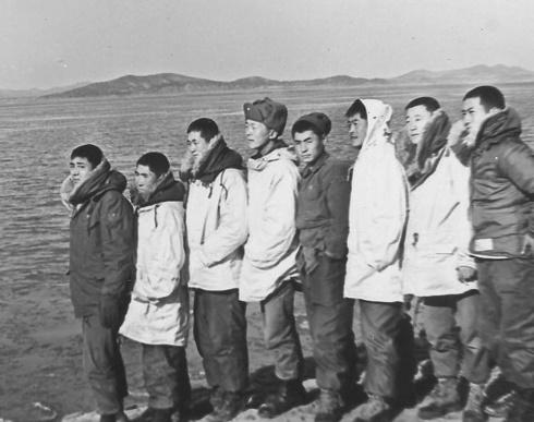한강 하구에서 소대원들과 함께(1969. 12. 왼쪽 첫번째 유하사, 네번째 기자.) 멀리 보이는 곳은 북한 경기도 개풍.