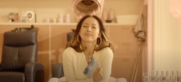 싹쓰리 '다시 여기 바닷가' 뮤직비디오의 한 장면