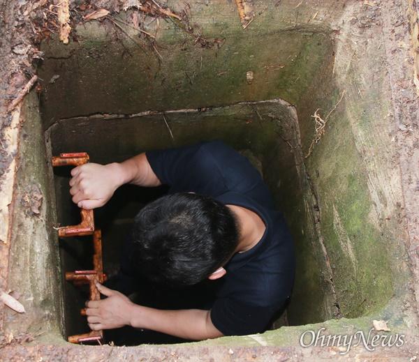 지난 23일 집중호우 당시 부산 해운대구 센텀시티 내 보행로 맨홀에 중학생이 빠지는 사고 발생했다. 깊이를 확인하기 위해 <오마이뉴스> 기자가 직접 들어가 봤다. 깊이는 2.3m 이상으로 추정된다.