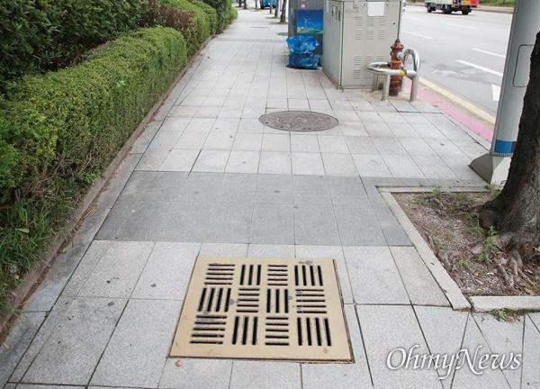 부산 해운대구 센텀시티 내 보행로 맨홀에서 중학생이 빠지는 사고 발생했지만,  9일이 지나도록 사고현장에 위험을 알리는 안내문이나 고정 장치가 전혀 되어 있지 않다.