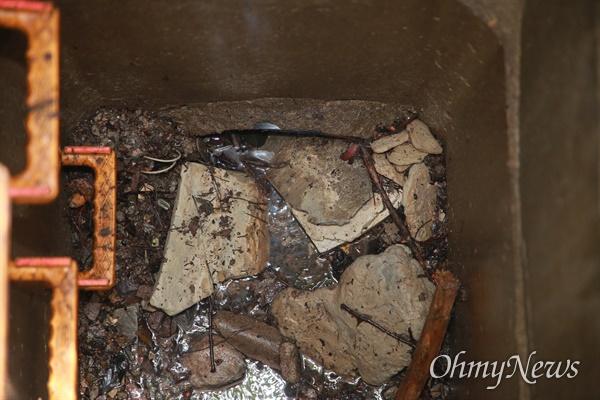 부산 해운대구 센텀시티 내 보행로 맨홀에서 중학생이 빠지는 사고 발생했지만,  9일이 지나도록 사고현장에 위험을 알리는 안내문이나 고정 장치가 전혀 되어 있지 않다. 또한 우수관 내부에 가득 들어찬 이물질들로 예기치 않은 폭우시 사고 재발이 우려된다.