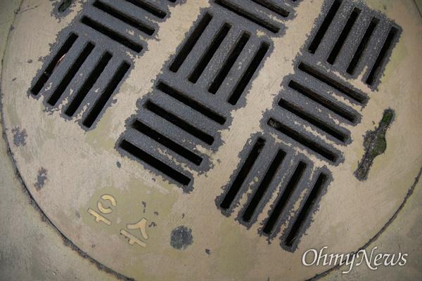 부산 해운대구 센텀시티 내 보행로 맨홀에서 중학생이 빠지는 사고 발생했다. 사고 현장 바로 인근 맨홀 뚜껑에 우수관이라고 표기된 모습.