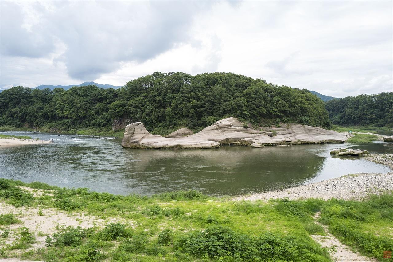 유네스코 세계지질공원 한탄강 '화적연' 커다란 바위가 솟아 오른 모습이 연못에 볏가리가 쌓여 있는 듯 하다하여 화적연이라 불렀다.