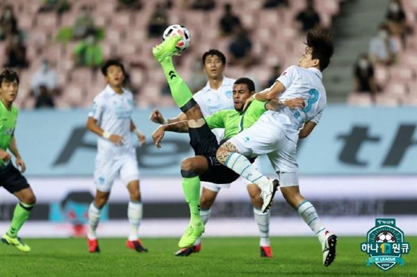 구스타보 전북의 구스타보가 포항전에서 오버해드킥을 시도하고 있다.