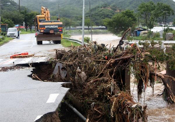 2일 오전 충북 충주시 산척면 도로가 폭우로 인해 유실돼 있다.