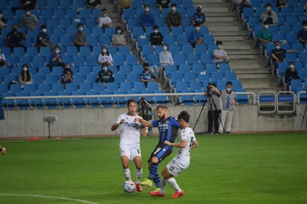 23분, 인천 유나이티드 미드필더 아길라르가 왼발로 벼락같은 첫 골을 뽑아내는 순간