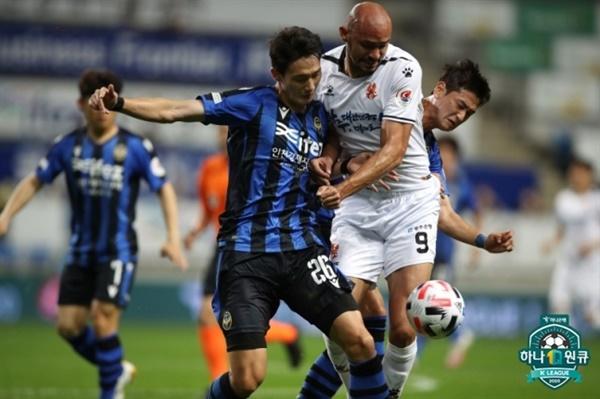 한국프로축구연맹 '2020 하나원큐 K리그1' 14라운드 인천과 광주의 경기에서 인천 오반석과 광주 펠리페가 볼을 놓고 경합을 벌이고 있다.