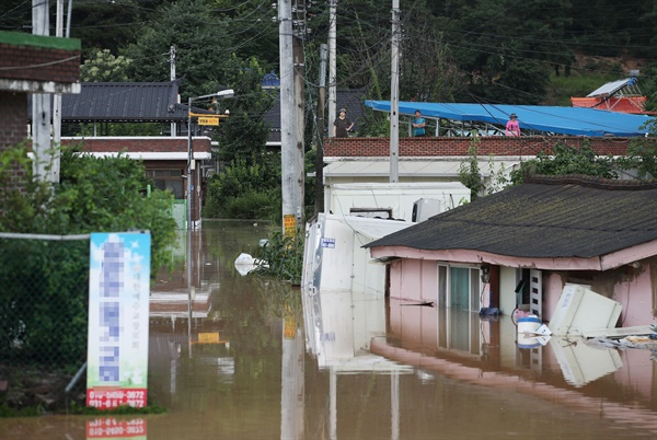2일 홍수경보가 내려진 경기 여주시 청미천 원부교 지점 부근 마을의 일부 주택이 물에 잠겨있다.