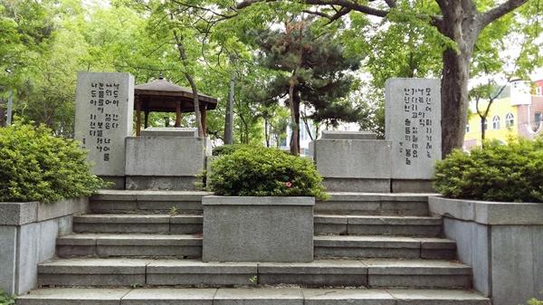 광주공원에는 한국 시문학파의 창시자, 용아 박용철과 영랑 김윤식의 '쌍시비'도 사이좋게 나란히 서있다. 영랑의 대표작 '모란이 피기 까지는'과 용아의 대표작 '나 두 야 간다'가 새겨져 있다