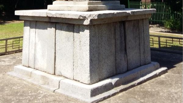 신라시대 석탑은 2층 기단으로 구성되어 있지만 고려시대로 접어들면서 단층 기단으로 간략화되고 기단이 높아지는 특징을 보인다