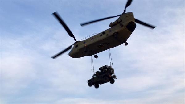 캠프 캐롤에서 헬기로 수송 중인 어벤져 지난 2017년, 성주 소성리에 사드가 배치된 직후 캠프 캐럴(왜관)에 있던 어벤져가 헬기로 이동하는 모습(출처: 주한미 35방공여단 산하 1연대 2대대 페이스북 페이지)