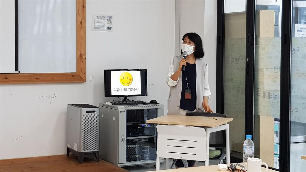 강연 중인 김정지현 자원순환사회로가는길 상임이사
