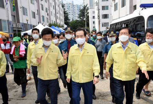 정세균 국무총리가 1일 대전 서구 코스모스 아파트를 방문,  폭우피해 수습상황을 점검하고 있다.